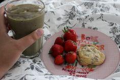 Das nenne ich ein tolles Frühstück im Bett! Johanna genoss im Urlaub einen grünen Eis-Smoothie, dazu Erdbeeren und Cookie!