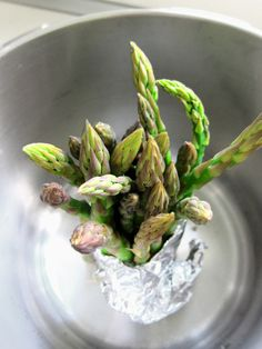 When you want to steam asparagus, but not cut the stems down to the size of your steamer basket, stand them up! Just wash and trim the asparagus and then Hip Pressure Cooking, Power Pressure Cooker, Pressure Cooking Recipes, Instant Pot Pressure Cooker, Slow Cooker Recipes, Pressure Washing, Slow Cooking, Steamed Asparagus, How To Cook Asparagus