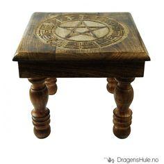 En kvadratisk lite bord, håndlaget i tre med utskåret pentakkel med mønster rundt i midten.Mål: ca 22 cm høy, ca 32 cm bred. Mønsteret er ca 23cm i diameter.Leveres flatpakket, bena skrues enkelt på. Verktøy er ikke nødvendig.
