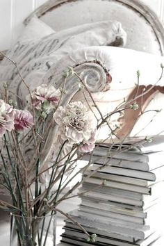 Shabby chic chaise lounge with vintage books and flowers. Cottage Shabby Chic, Shabby Chic Vintage, Chic Antique, Estilo Shabby Chic, White Cottage, Shabby Chic Homes, Shabby Chic Style, Cottage Style, Romantic Cottage