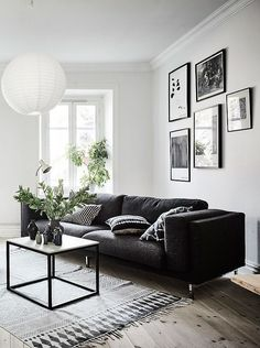 Living room in black, white and gray with nice Gallery wall #livingroomsofaideassmallspaces