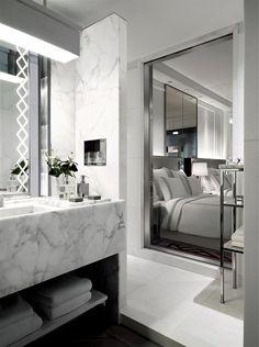Salle de bains parentale. Marbre blanc