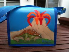 kindergartentasche.... wunsch des kindes: dino (namen ist mir entfallen) vor einem feuerspeienden vulkan....