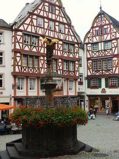 Michaelsbrunnen am Marktplatz von Bernkastel- Kues an der Mosel