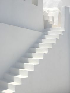 Inspiratie: witte trap Pure Style Home: New House Plans: The Stairs All White, Pure White, White Light, White Feed, Outfits In Weiss, Blanco White, White Stairs, Interior Minimalista, Tadelakt