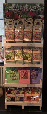 De nieuwe bloembollen cadeauverpakkingen van Jac. Uittenbogaard & Zn. zijn binnen! Naast de bekende bloembollenmix, nu ook speciale mengsels (blije bijen en vrolijke vlinder mengels) in het assortiment welke goed zijn voor de natuur. Kom een kijkje nemen in onze winkel #vvvnoordwijkerhout en laat je verrassen!