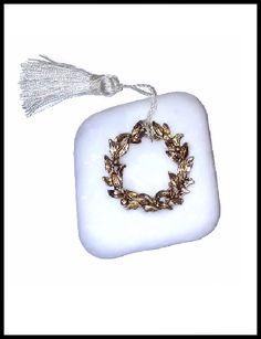 Μπομπονιέρα σε πέτρα με στεφανάκι και φούντα