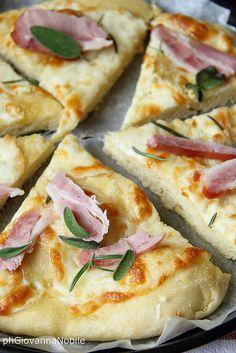 Pizza di grano kamut con bacon, scamorza ed erbe aromatiche