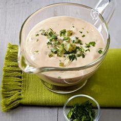 Salat-Dressing mit Dickmilch, Ketchup, Salzgurken und Kräutern Rezept | LECKER