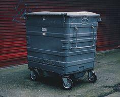 Die Altkleidercontainer haben nichts mit einer Spende zu tun! Alter, Container, Lifestyle, Old Dresses, Canisters