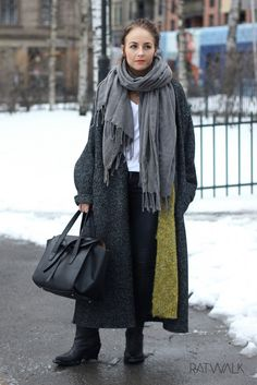 Ratwalk Street Style // Long coat, ancle boots, lipstick, green, cardigan, bag, ootd, outfit, Oslo //