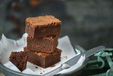 Sok brownie receptet kipróbáltam már, de Julia Child receptje az egyik legjobb. Kívül ropogós, belül szaftos, és jó csokis. Annyit változtattam csak rajta, hogy fele annyi cukrot tettem bele, mint az meg vagyon írva, mert így is bőven elég édes. How To Make Cake, Brownies, Food And Drink, Sweets, Baking, Easy, Recipes, Cakes, Drinks
