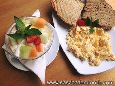 """5 Minuten Power Protein Frühstück!  Für alle, die jammern """"Ich-habe-morgens-keine-Zeit-zu-Frühstücken"""", gibt es HIER ein Fast & Furious Breakfast, denn JEDER kann sich wenige Minuten für die wichtigste Mahlzeit des Tages nehmen:      ✔️ 2 ganze Eier ✔️ 2 Eiweiss ✔️ 1 Scheibe Vollkorntoast ✔️ 1 Scheibe Eiweissbrot ✔️ 20 g Haferflocken ✔️ 150g Naturjoghurt ✔️ 20 g Früchte  Guten Appetit!😋"""