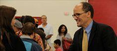 El secretario de Trabajo de Estados Unidos, Thomas E. Pérez, saluda al público hoy, sábado 16 de noviembre de 2013, en un foro sobre la refo...