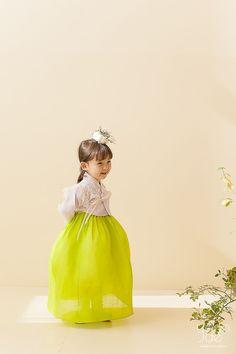 올해도 어김없이 어제 첫눈이 내렸네요. 매년 첫눈이 내리는 날이 기다려지듯이 연재의 새로운 시즌도 많은... Korean Hanbok, Korean Dress, Korean Traditional Dress, Traditional Dresses, Children Photography, Night Photography, Scenic Photography, Landscape Photography, Korean Fashion