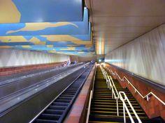 Olhando para cima, para os 117 degraus e 43,5 m de escadas rolantes e escadas comuns, do meio da estação da Praça Porter de MTBA (Estação de Metrô, Terminal de Ônibus e Estação Ferroviária) em Cambridge, estado de Massachusetts, USA.   Fotografia: Pi.1415926535.