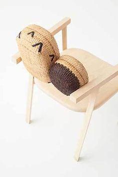 a coleção tokyo tribal tem cerca de 20 móveis feitos de carvalho maciço, gesso com areia vulcânica e cestas de bambu trançado à mão. a criação é uma parceria do estúdio nendo, fundado por oki sato, com a marca industry+, de singapura, que estimula o mix entre processos industriais e artesanato