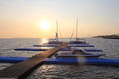 This is a beautiful picture of nextfloat's floating dock located in Incheon marina facility.  인천 송도에 설치된 넥스트플로트의 계류장으로 노을과 함께 아름다운 장면을 연출하네요.