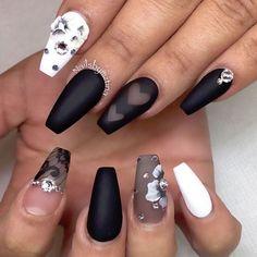 ongles ballerine : coffin nails en noir mat et blanc