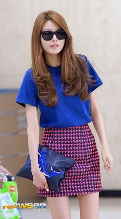 Sooyoung Denim shirt Houndstooth pelmet skirt Black clutch Black wayfarers