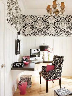Escrivaninha aérea E porque não deixar tudo ainda mais prático? Você pode encontrar escrivaninhas que são, praticamente, uma prateleira fixada na parede. Eles são práticas e fáceis de limpar, além de garantir maior espaço livre embaixo dela para você colocar gaveteiros ou o que preferir!