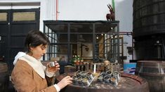 Us imagineu treballar en una fàbrica de vermut? De la mà de Facundo grans i petits viatgen a l'antiga fàbrica Vermut Rofes. Una Visita teatralitzada amena per fer amb nens.  http://www.youmekids.com/visita-teatralitzada-vermut-rofes-reus/