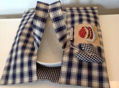 Porta torte in cotone a quadretti blu e beige decorato con appliquè raffigurante una torta di ciliegie. Interno foderato in cotone coordinato a quadrettini blu e beige. Dello stesso tessuto anche i...