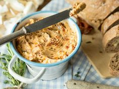 Off to the bowl: Spicy tomato butter - Spice butter with dried tomatoes, rosemary and chilli – you can really spread this spread on ever - Party Finger Foods, Party Snacks, Appetizer Recipes, Dessert Recipes, Mozarella, Pumpkin Bread, Dried Tomatoes, Side Recipes, Food Inspiration