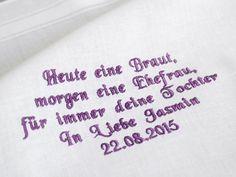Besticktes Stofftaschentuch als Gastgeschenk zur Hochzeit von der Braut an die Brauteltern.  Tuch, Garnfarbe und Schriftart können frei gewählt werden (Name und Datum werden personalisiert). Der...
