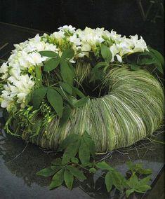 Grass and white flower wreath Deco Floral, Arte Floral, Floral Design, Funeral Arrangements, Flower Arrangements, Floral Arrangement, Ikebana, Funeral Flowers, Wedding Flowers