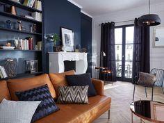 Le bleu profond sur les murs souligne la noblesse des matériaux.