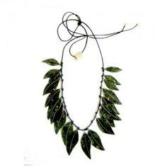 Colar de latão inspirado em folhas feito por artesão paullista