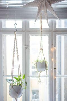 Easy Home-DIY: Macrame Plant Hanger Tutorial - heylilahey. : Easy Home-DIY: Macrame Plant Hanger Tutorial – heylilahey. Easy Home-DIY: Macrame Plant Hanger Tutorial – heylilahey. Macrame Plant Hanger Tutorial, Diy Macrame Wall Hanging, Macrame Plant Holder, Macrame Tutorial, Bracelet Tutorial, Macrame Mirror, Macrame Curtain, Diy Planters, Hanging Planters
