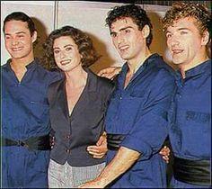 Gigliola Cinquetti con i ballerini che l'accompagnarono sul palco del Festival di Sanremo 1989, per le tre serate.
