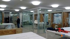 Inmersos en pleno montaje de los despachos. tenemos los cristales montados a una cara y las puertas aún no están en obra.
