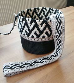 This Pin was discovered by Jan Tapestry Crochet Patterns, Crochet Stitches, Mochila Crochet, Tablet Weaving, Tapestry Bag, Boho Bags, Crochet Purses, Crochet Bags, Clutch