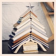 big christmas tree A novel idea I had to share with you. No time or space to put up a big tree How about this Christmas tree stack of books So cute and so simple. Book Christmas Tree, Book Tree, Christmas Love, All Things Christmas, Christmas Holidays, Christmas Decorations, Xmas, Holiday Crafts, Holiday Fun