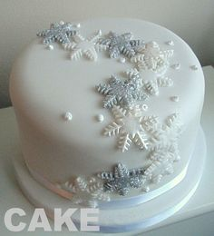 Snowflake Christmas cake - easy to copy! Mini Christmas Cakes, Christmas Cake Designs, Christmas Cake Decorations, Holiday Cakes, Christmas Goodies, Christmas Desserts, Christmas Treats, White Christmas, Cupcakes Fondant