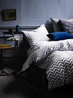 Beautiful gray chevron bedlinen. I especially like it wth the blue-gray wall and royal blue throw pillow.