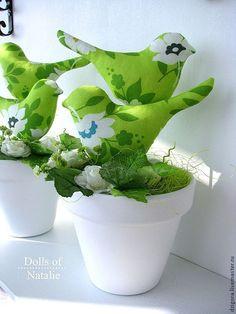 """Интерьерная композиция """"Райские птички"""" - символ семейного благополучия, взаимопонимания, любви и супружеской верности.  Прекрасное украшение любой комнаты: от кухни и прихожей до спальни и детской.  Очень мило и стильно птички смотрятся на подоконнике среди комнатных растений.  Повтор возможен некоторых из вариантов, представленных на фото, а также индивидуальный заказ в любом цвете и исполнении."""