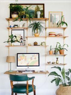 inspiracao-do-dia-jardim-vertical-nas-prateleiras-do-home-office copy