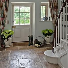 Country hallway with flagstone floor Hallway flooring ideas PHOTO GALLERY Country Homes and Interiors uk Hall Flooring, Kitchen Flooring, Farmhouse Flooring, Farmhouse Stairs, Farmhouse Decor, Kitchen Tiles, Vinyl Flooring, Rustic Basement, Farmhouse Garden