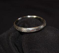 Eine 4mm Breite 10kt Weißgold gewölbte Band die umfließt die Finger wie ein Bio Rebe. Die Rillen sind Patina-Ed die Textur zu zeigen. Diese Version ist eine gerade-Band, die gut mit ein gestapeltes aussehen,, allein oder mit einem Verlobungsring passen wird. Finden Sie in meinen anderen Eintrag für eine wellenförmige, kurvige-Band! (Im Bild nebeneinander, in Bild 5)    Es ist die Hand geschnitzt in Wachs und bestehend aus Recycling Gold. Perfekt für eine schöne natürliche schauende Ehering…