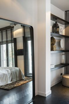 Trend: black or white blinds - Trend: zwart of witte jaloezieën Trend: black or white blinds – Everything to make your home y - Modern Master Bedroom, Home Bedroom, Bedroom Decor, Bedrooms, Style At Home, Interior Exterior, Interior Design, White Blinds, Tadelakt