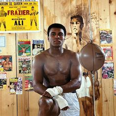 Sports Illustrated announced Friday that it will dedicate the franchise's Sportsman Legacy Award in the name of boxing legend, civil rights leader, humanitarian and icon, Muhammad Ali. Mohamed Ali, Neil Leifer, Best Sports Quotes, Muhammad Ali Boxing, Sports Football, Boxing History, Sting Like A Bee, Float Like A Butterfly, Mma Boxing