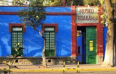 La Casa Azul en Coyoacan El Museo Frida Kahlo está ubicado en la calle de Londres 247, en uno de los barrios más antiguos y bellos de la Ciudad de México, el centro de Coyoacán. También conocido como la Casa Azul, es de los sitios turísticos y culturales más representativos de la zona; la casa perteneció a la familia Kahlo desde el año 1904 y fue en 1958 cuando fue convertida en museo, cuatro años después de la muerte de la pintora. México, Belleza y tradición.