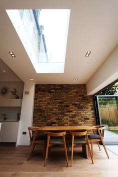 Mooi strak daklicht beautiful Kitchen & Rear Extension from MyLondonExtensions. Mooi strak daklicht beautiful Kitchen & Rear Extension from MyLondonExtensions. Brick Wall Decor, Brick Walls, Brick Wall In Kitchen, Exposed Brick Kitchen, Concrete Kitchen, Brick Extension, Crittall Extension, Glass Roof Extension, Extension Ideas