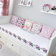 Bazı el emekleri çok özel olunca değerlendirilmeliydi bir şekilde 💕💕 #çeyizimden #kanaviçe #etamin#crossstitch#örgü#tığişi#crochet#crocheting#ceyiz#çeyiz#kanevice#etekucu Diy Home Crafts, Diy Home Decor, Bedroom Furniture, Bedroom Decor, Bedroom Colour Palette, Home Organisation, Bed Styling, Sofa Covers, Home Furnishings