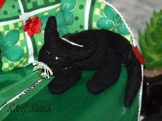 "Kosmetiktücherbox Sofa ""Black Cat"" - S&G Stitch Black Sofa, Halloween, Stitch, Christmas Ornaments, Holiday Decor, Cats, Home Decor, Noel, Wall Decorations"