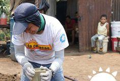 Nuestros colaboradores llevando a cabo construcción de casas para las familias necesitadas #ParaVivirMejor